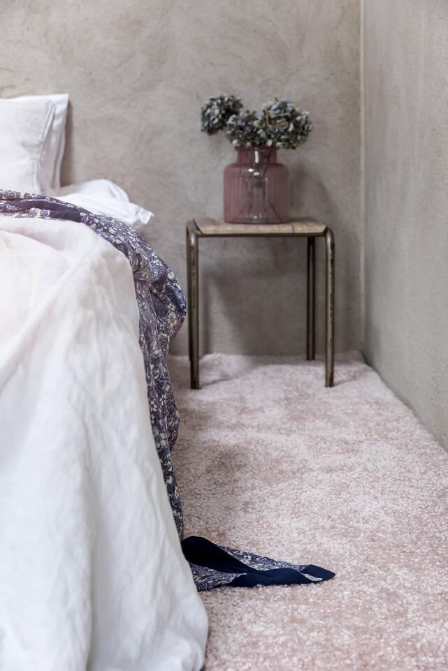 Rózsaszín, hosszúkás shaggy piramit 3.5 kg szőnyeg  egy hálószoba.