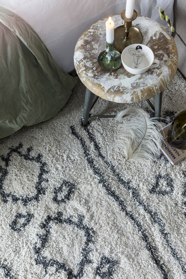 Fehér,  shaggy piramit 2.8 kg szőnyeg  egy hálószoba.