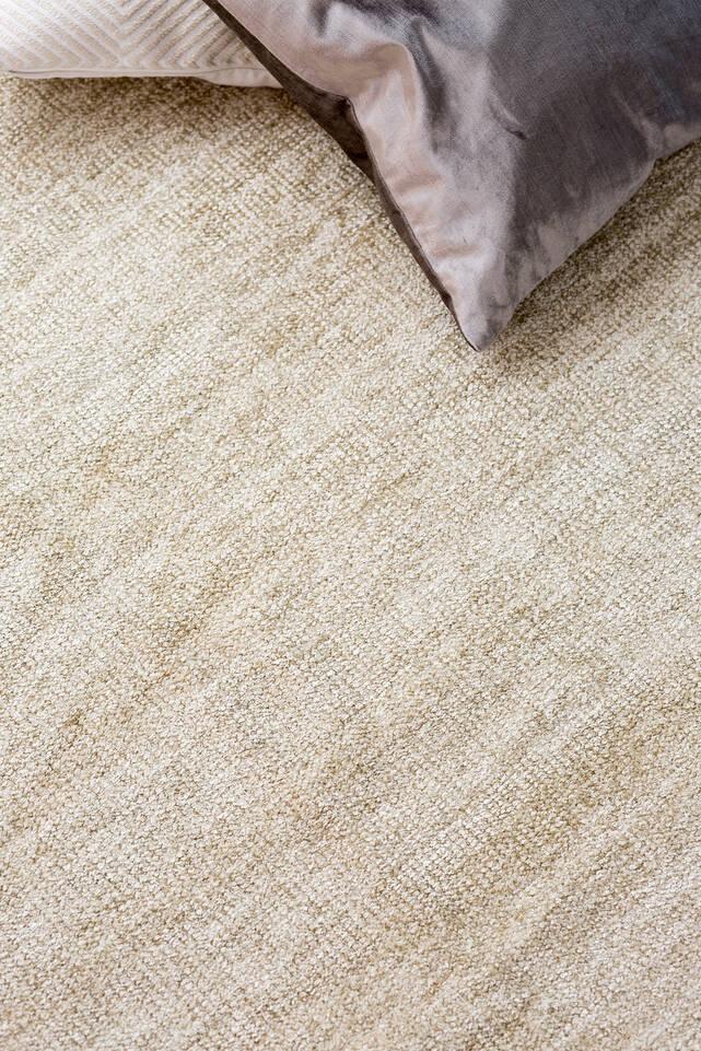 Fehér,  kilim zsenília szőnyeg  egy hálószoba.