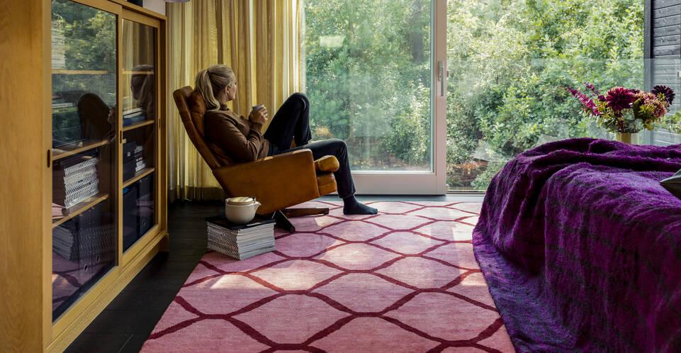 Piros,  loribaft perzsa szőnyeg  egy hálószoba.